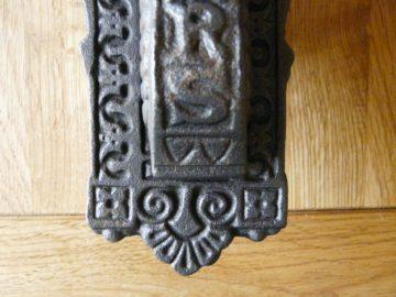 D225_0915_Victorian_Cast_Iron_Letterbox_&_Knocker